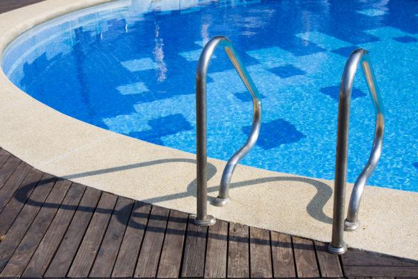 Une piscine hors du commun avec des clairages diff rents for Promo piscine bois