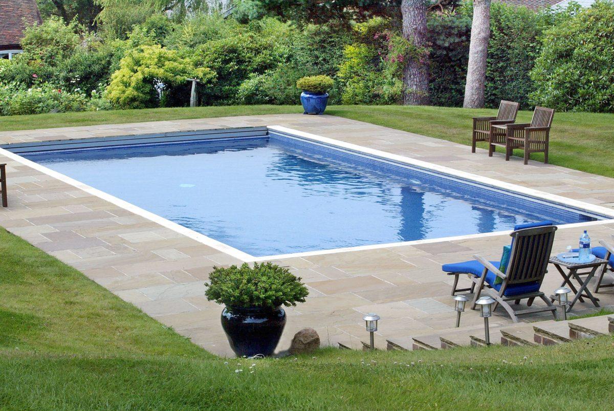Une piscine dans le jardin jouez avec l espace promo for Promo piscine bois octogonale