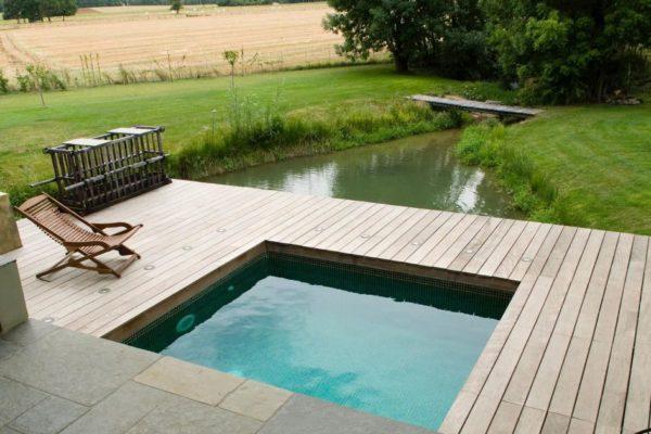 Une piscine gonflable dans son jardin promo piscine bois for Promo piscine bois